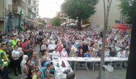 Više od 2200 građana iftarilo na Trgu Alije Izetbegovića u Srebreniku.
